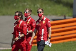 Себастьян Феттель идет по «Ред Булл Рингу» вместе с сотрудниками команды Ferrari