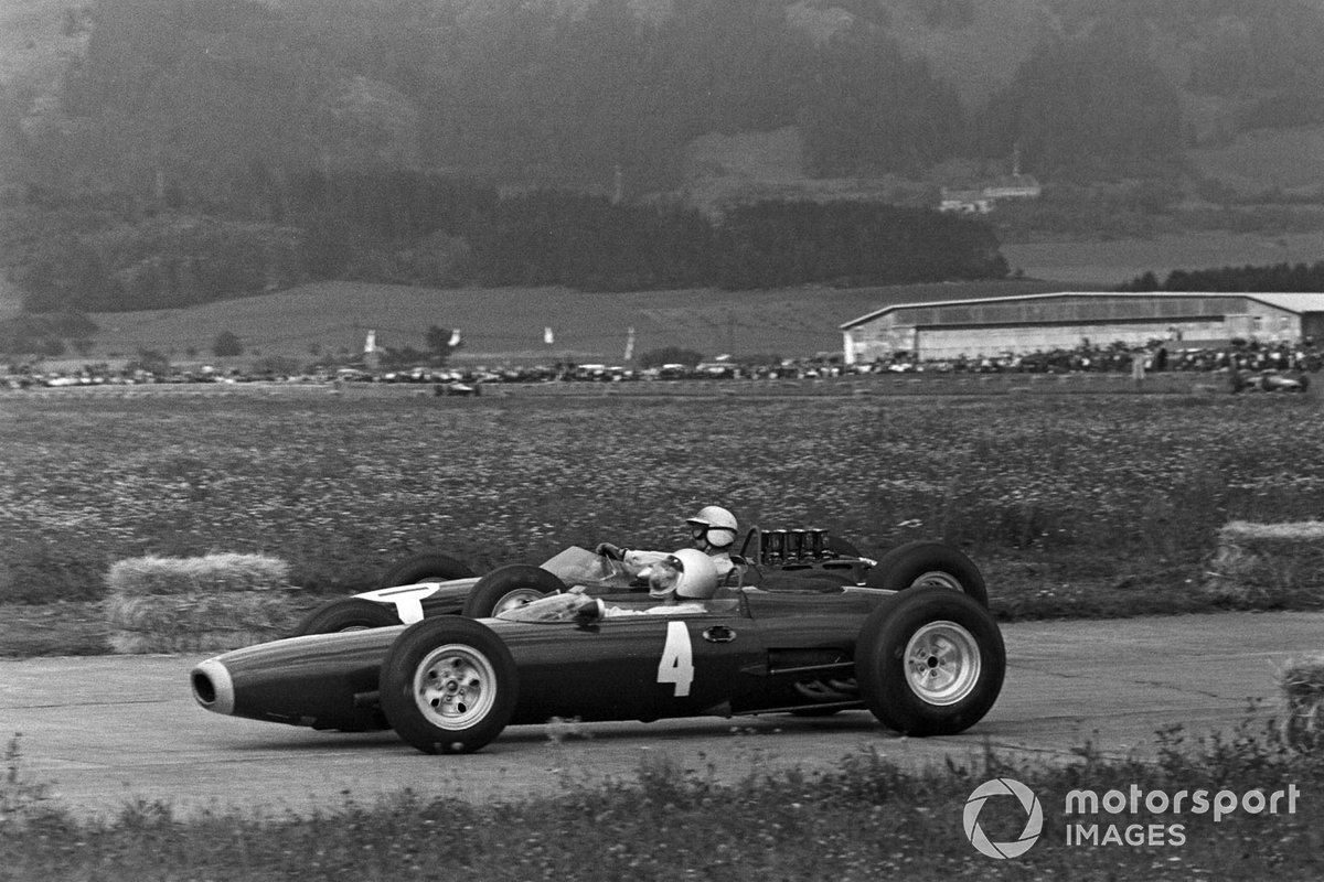 К середине дистанции в круге с лидирующим Бандини оставались еще Ричи Гинтер на BRM (№4) и Йоаким Бонье на частной Brabham (на заднем плане). К тому моменту все уже прекрасно понимали: в этой гонке решающим фактором станет не скорость, а надежность