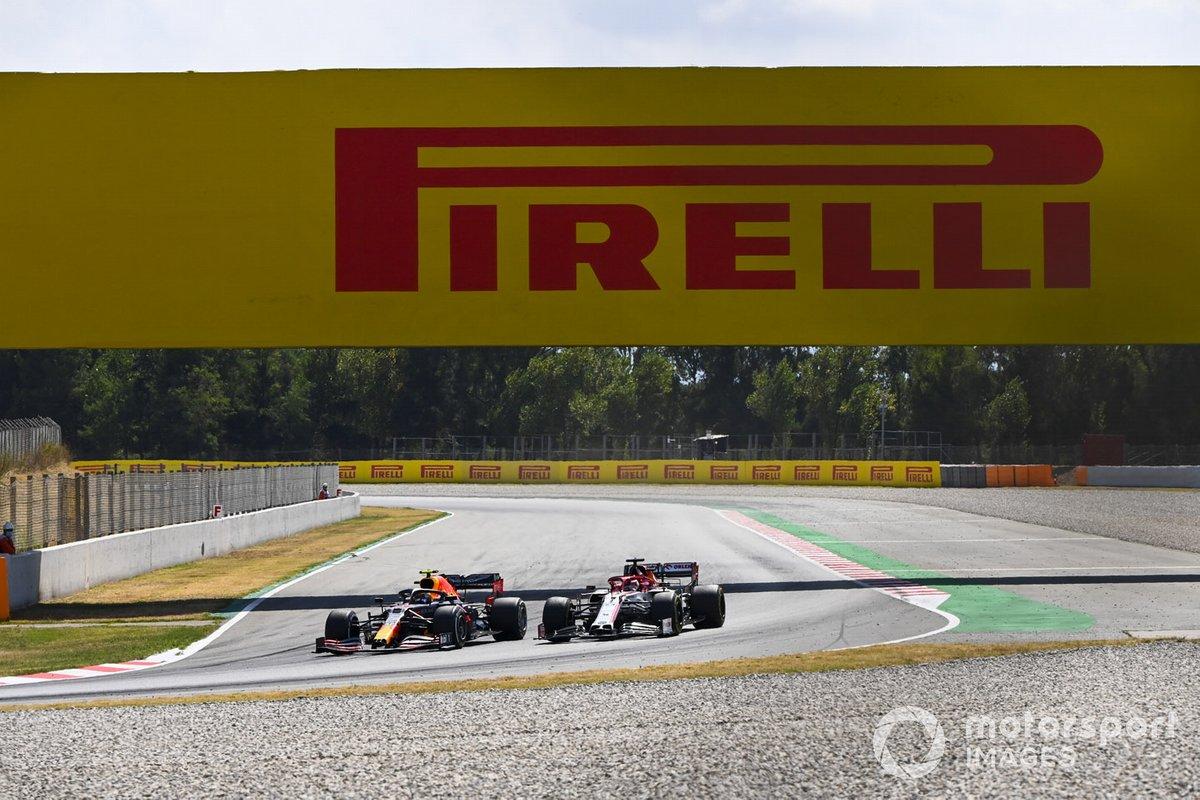 Alex Albon, Red Bull Racing RB16, precede Kimi Raikkonen, Alfa Romeo Racing C39