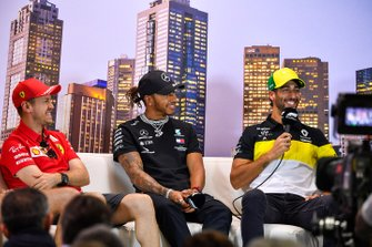 Sebastian Vettel, Ferrari, Lewis Hamilton, Mercedes-AMG Petronas F1, en Daniel Ricciardo, Renault F1 in de persconferentie