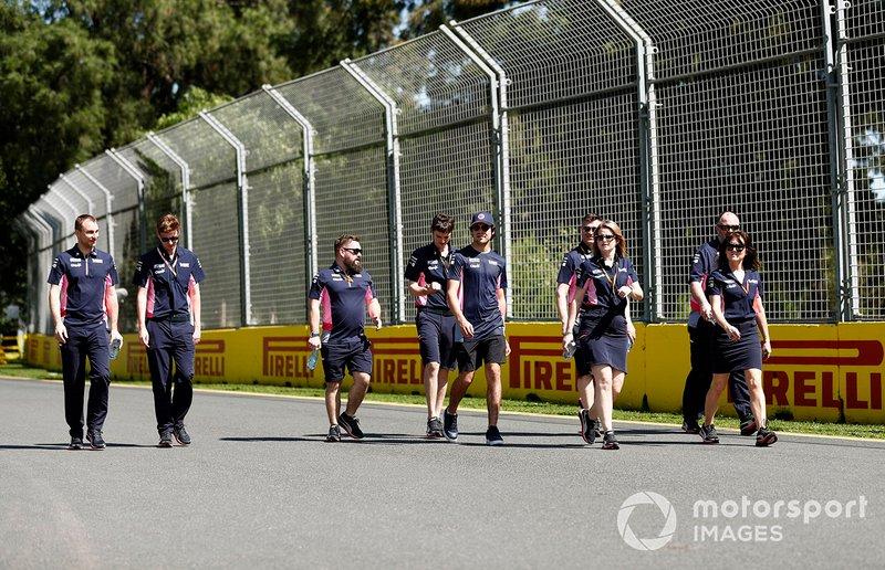 Lance Stroll, Racing Point e i membri del team camminano sul tracciato