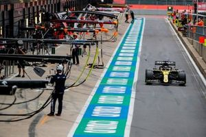 Daniel Ricciardo, Renault F1 Team R.S.20, in pit lane