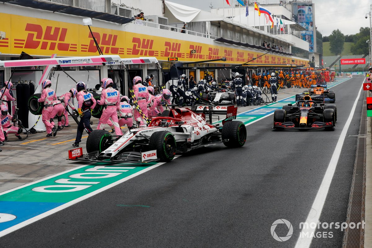 Kimi Raikkkonen, Alfa Romeo Racing C39, Alex Albon, Red Bull Racing RB16, e Carlos Sainz Jr., McLaren MCL35, effettuano tutti un pit stop