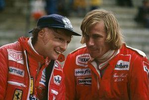 Niki Lauda, Ferrari 312T2, James Hunt, McLaren M26-Ford