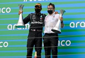 Lewis Hamilton, Mercedes-AMG Petronas F1, 1st position, and Peter Bonnington, Race Engineer, Mercedes AMG, on the podium
