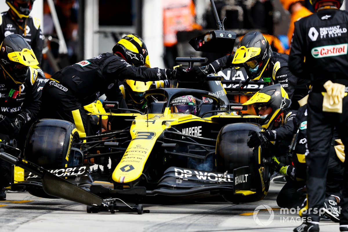 Daniel Ricciardo, Renault F1 Team R.S.20, makes a stop