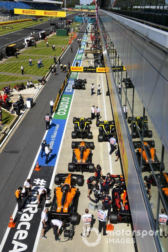 Los monoplazas de Esteban Ocon, Renault F1 Team R.S.20, Daniel Ricciardo, Renault F1 Team R.S.20, Carlos Sainz Jr., McLaren MCL35, Lando Norris, McLaren MCL35, Max Verstappen, Red Bull Racing RB16, en Parc Ferme