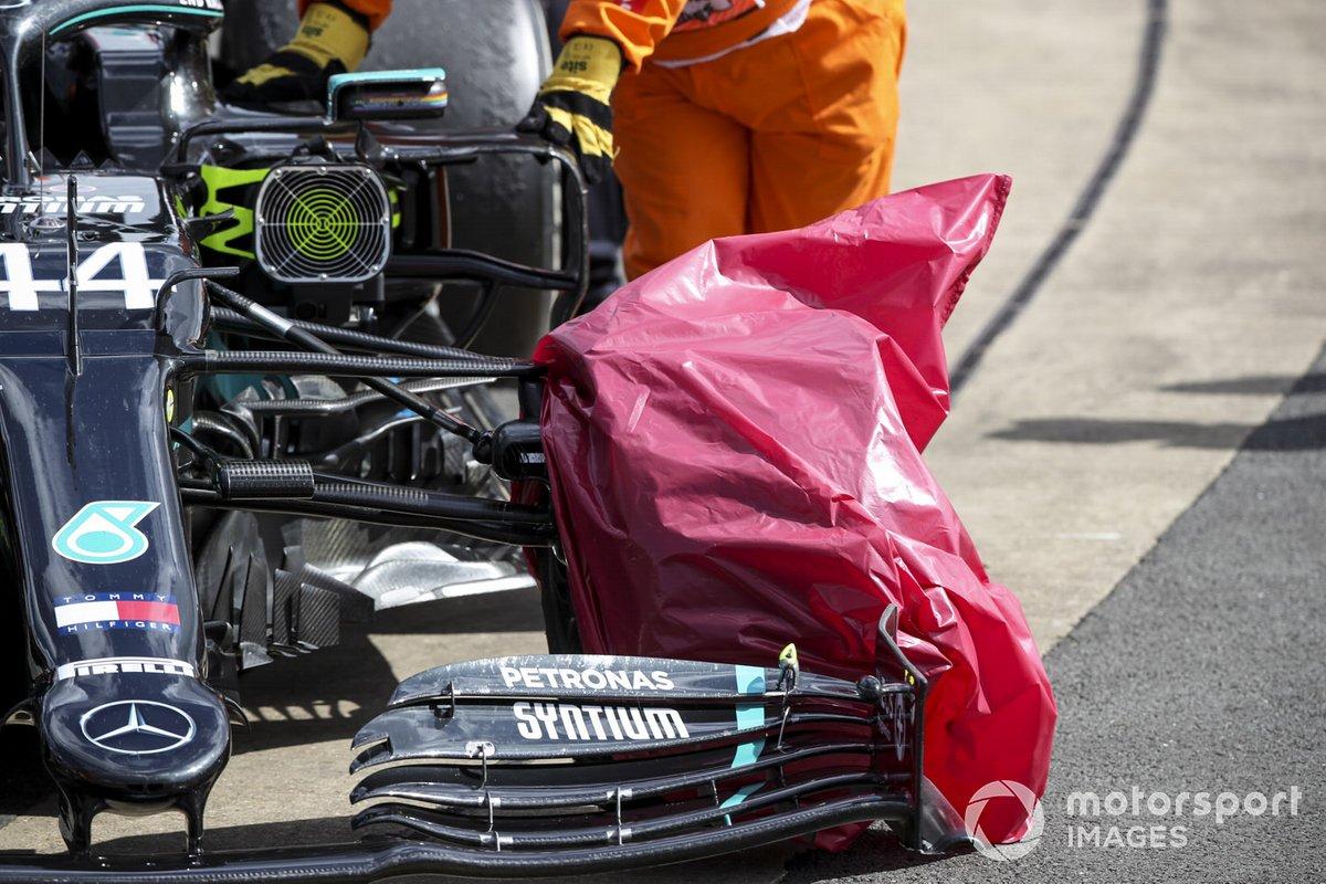 Neumático dañado del monoplaza de Lewis Hamilton, Mercedes F1 W11 cubierto con una bolsa