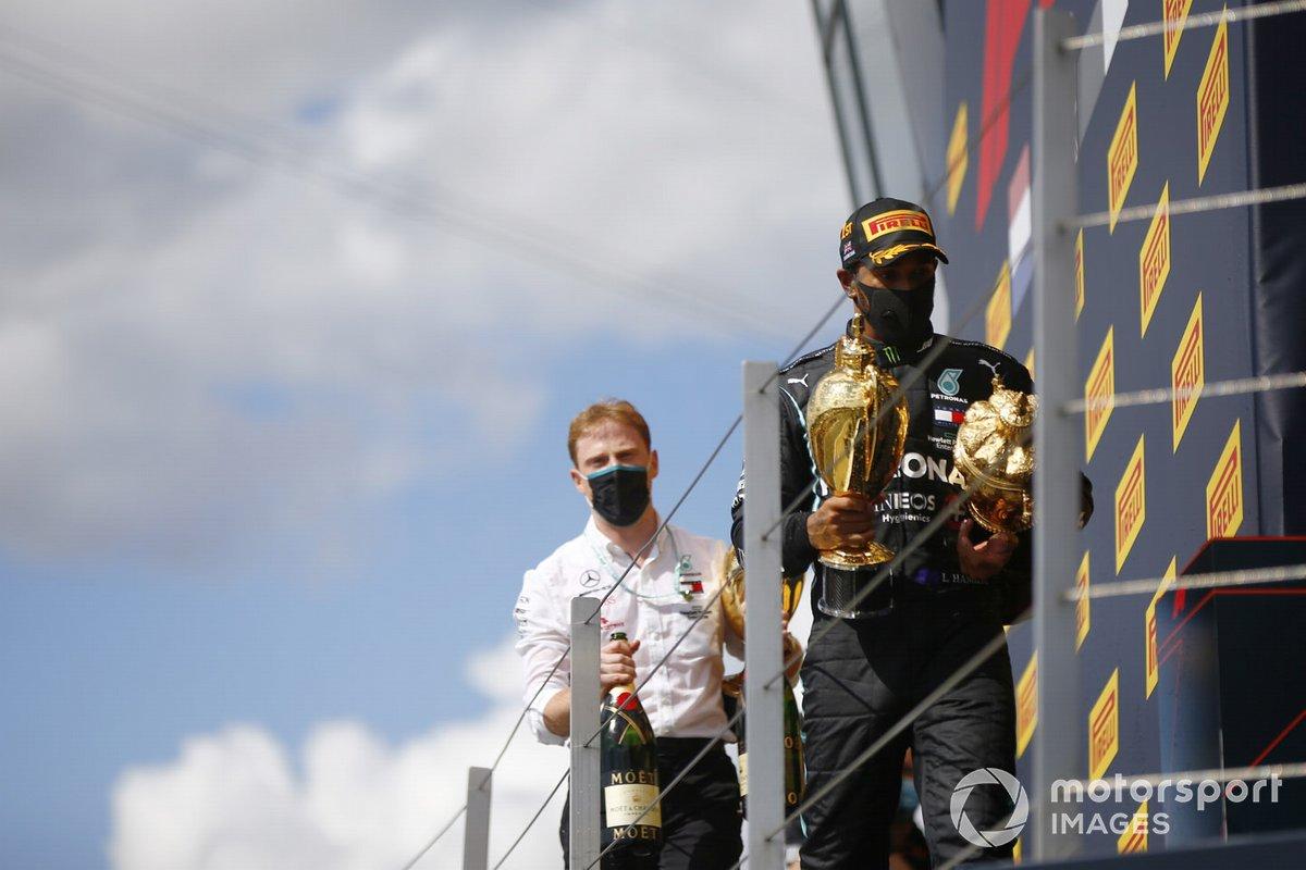 Podio: ganador de la carrera Lewis Hamilton, Mercedes-AMG F1y un miembro de Mercedes con el trofeo de constructores