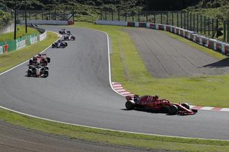 Kimi Raikkonen, Ferrari SF71H precede Romain Grosjean, Haas F1 Team VF-18