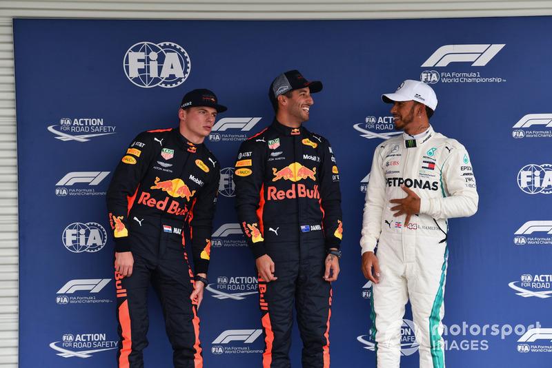 (Da sx a dx): Max Verstappen, Red Bull Racing, Daniel Ricciardo, Red Bull Racing e Lewis Hamilton, Mercedes AMG F1, festeggiano nel parco chiuso