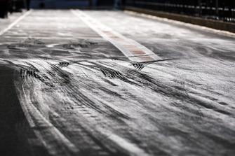 Marcas de neumáticos en el pit lane