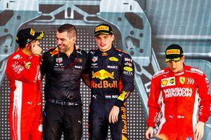 Podio: Sebastian Vettel, Ferrari, 2ª posición, Guillaume Rocquelin, Jefe de ingeniería de carreras, Red Bull Racing, Max Verstappen, Red Bull Racing, 1ª posición, y Kimi Raikkonen, Ferrari, 3ª posición