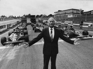 Colin Chapman, con uno schieramento di monoposto Lotus di F1