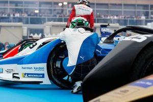 Antonio Felix da Costa, BMW I Andretti Motorsports s'agenouille à côté de sa voiture