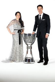 Il Campione Joey Logano, Team Penske e la moglie Brittany, con il trofeo