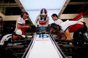 Charles Leclerc, Sauber, monte dans sa voiture