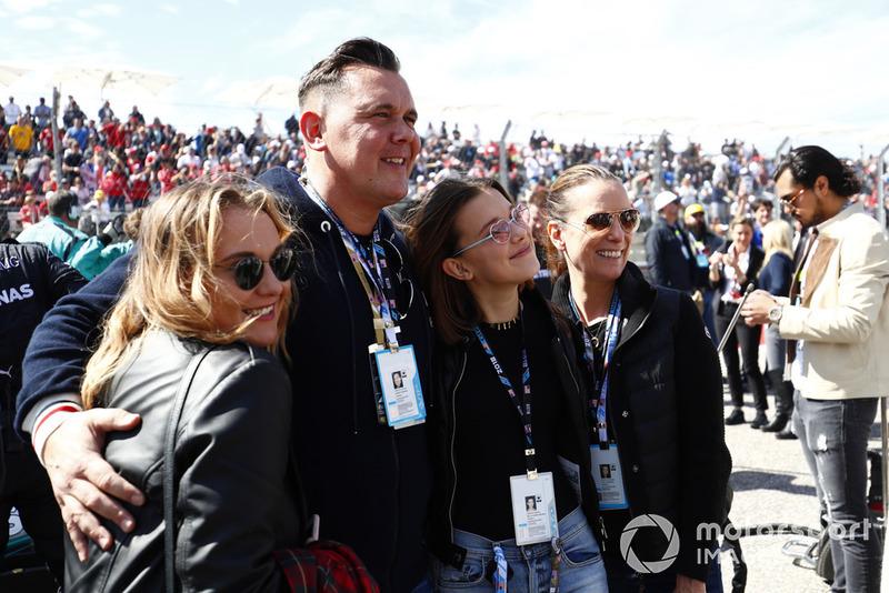 La familia Brown, su hermana Paige, su padre Bobby, la actriz Millie Bobby Brown y su madre Kelly Brown en la parrilla