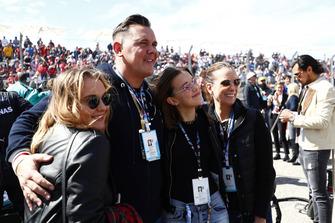 La familia Brown, su hermana Paige, su padre Bobby, la actriz Millie Bobby Brown y su madre Kelly Brown en la parrilla