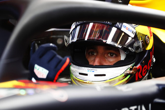 Daniel Ricciardo, Red Bull Racing RB14, pull son a glove and prepares t leave the garage