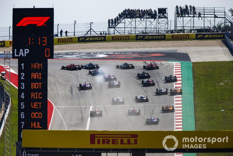 Kimi Raikkonen, Ferrari SF71H, pasa a Lewis Hamilton, Mercedes AMG F1 W09 EQ Power+.