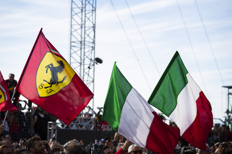 Ferrari y banderas italianas vuelan en el Parc Ferme