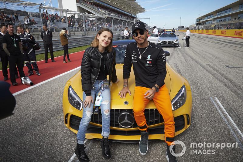 Lewis Hamilton, Mercedes AMG F1, con la actriz Millie Bobby Brown