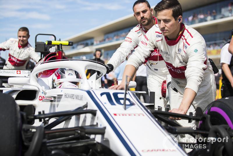 Charles Leclerc, Sauber C37, arriva in griglia di partenza