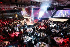Martin Brundle remet un Gregor Grant Award à Mika Hakkinen