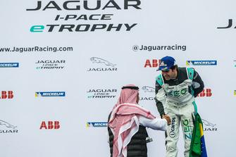 Il secondo classificato Sérgio Jimenez, Jaguar Brazil Racing, sul podio