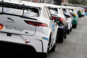 Una delle auto del Team China accodata alle altre vetture