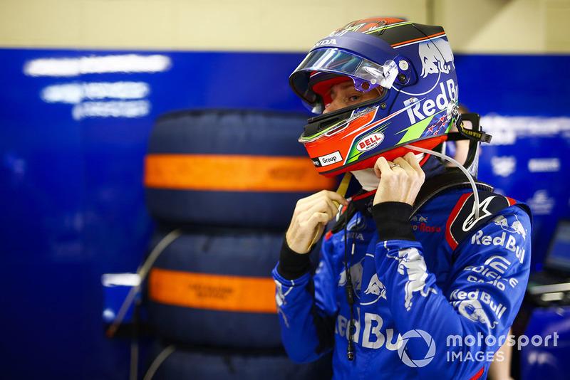 Brendon Hartley, Toro Rosso, adjusts his helmet