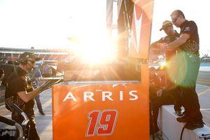 Daniel Suarez, Joe Gibbs Racing, Toyota Camry, mit Dave Rogers