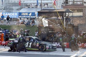 Kurt Busch, Stewart-Haas Racing, Ford Fusion Monster Energy / Haas Automation, makes a pit stop