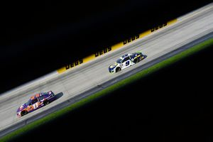 Denny Hamlin, Joe Gibbs Racing, Toyota Camry FedEx Express e Chase Elliott, Hendrick Motorsports, Chevrolet Camaro NAPA Auto Parts