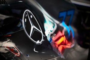 Un logo Mercedes sur la carrosserie de la Mercedes AMG F1 W09