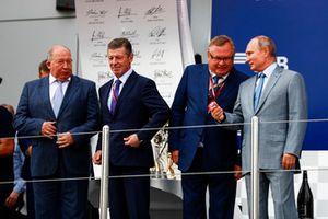 Viktor Kiryanov, Head of State Motor Vehicle Inspectorate of Ministry of Internal Affairs, Dimitry Kozak, waarnemend minister-president Rusland, Andrey Kostin, president en voorzitter Management Board VTB Bank, en Vladimir Poetin, president van Rusland