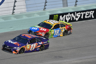 Denny Hamlin, Joe Gibbs Racing, Toyota Camry FedEx Express e Kyle Busch, Joe Gibbs Racing, Toyota Camry M&M's