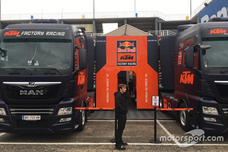 Johann Zarco attend d'entrer dans le box KTM