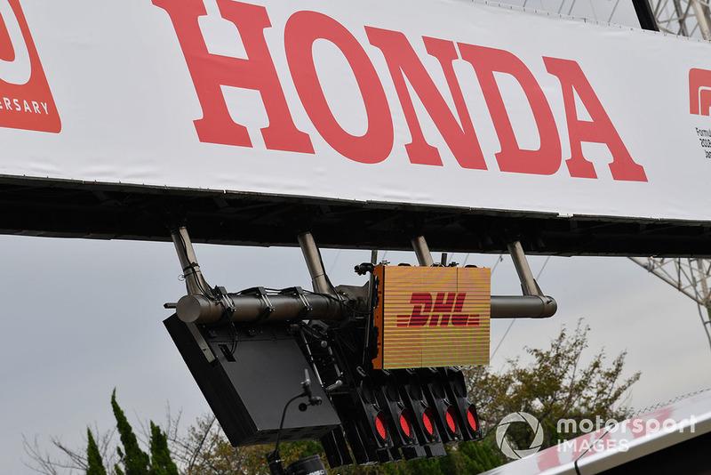 Letrero de Honda y DHL con las luces de inicio