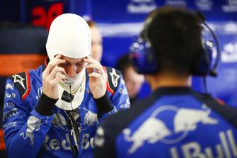 Brendon Hartley, Scuderia Toro Rosso, se prépare dans le garage