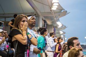 Worried fans look on after a heavy crash for Nico Hulkenberg, Renault Sport F1 Team