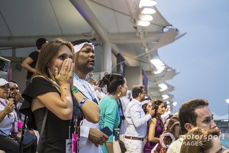 Los aficionados, preocupados miran después de un fuerte choque para Nico Hulkenberg, Renault Sport F1 Team