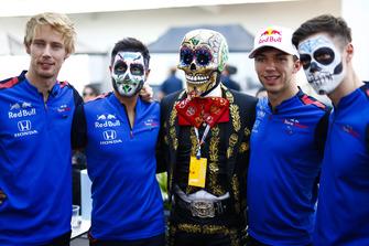 Brendon Hartley, Toro Rosso, et Pierre Gasly, Toro Rosso, posent avec un squelette