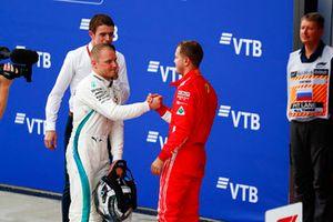 Valtteri Bottas, Mercedes AMG F1 y Sebastian Vettel, Ferrari se felicitan