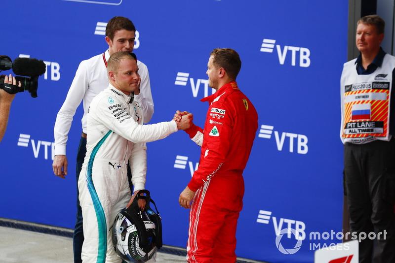 Valtteri Bottas, Mercedes AMG F1 et Sebastian Vettel, Ferrari se félicitent