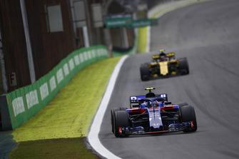 Pierre Gasly, Scuderia Toro Rosso STR13, Carlos Sainz Jr., Renault Sport F1 Team R.S. 18
