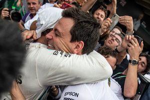 Toto Wolff, Direttore del Motorsport, Mercedes AMG F1, e Lewis Hamilton, Mercedes AMG F1, festeggiano nel parco chiuso