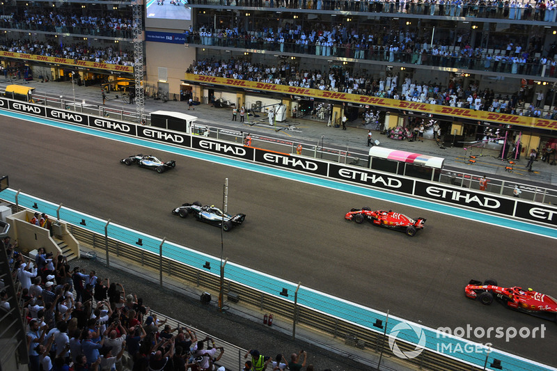 Lewis Hamilton, Mercedes-AMG F1 W09 leads Valtteri Bottas, Mercedes-AMG F1 W09 at the start of the race