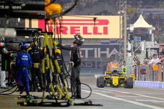 Carlos Sainz Jr., Renault Sport F1 Team R.S. 18, pits